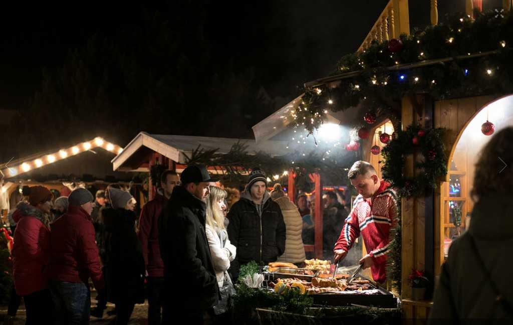 Mat från många länder på julmarknaden i Gdansk.