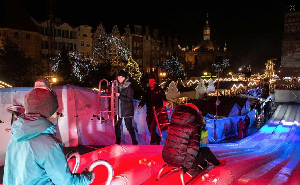 Skidbacke nära Gdansk julmarknad.